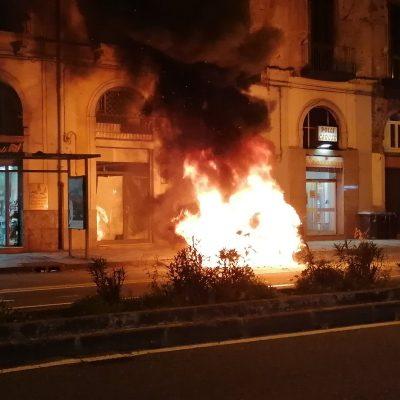 Smart in fiamme sulla via Garibaldi