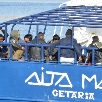 Migranti: approdata a Messina nave Aita Mari con 158 a bordo