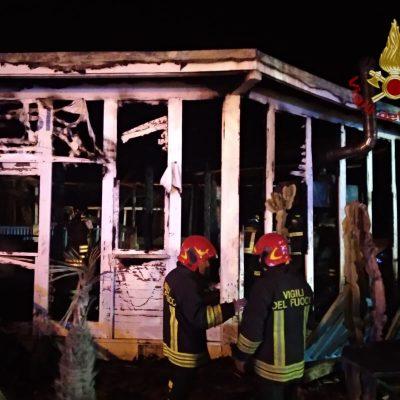 Lido Balneare in fiamme a Brolo. I Vigili del Fuoco cercano di limitare gli ingenti danni.