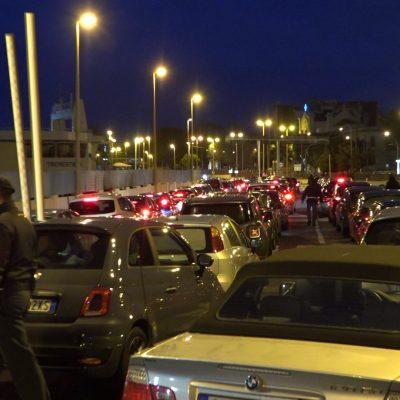 FUGA DAL NORD: alle 18.30 nave piena di auto e gente. Ma il Sindaco torna alle 20.00