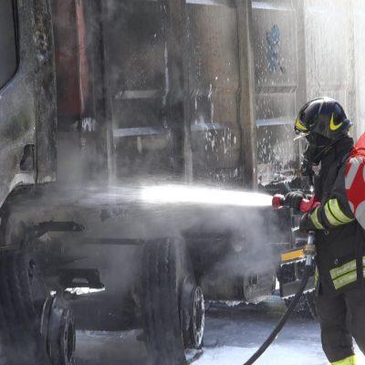 Viale Giostra: in fiamme compattatore rifiuti.