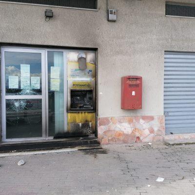 Poste Ganzirri: non una bomba, bensì pietre e fuoco contro il bancomat. Lo svela la videosorveglianza.