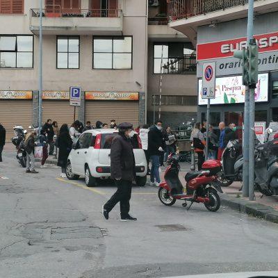 Lunghe file in supermercati Sicilia. Tanta gente con mascherine, grandi market presidiati forze ordine