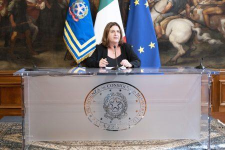Cura Italia, Catalfo: Firmato decreto che regola funzionamento reddito di ultima istanza