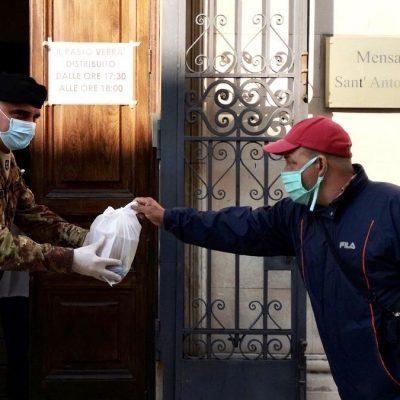 """I militari della Brigata """"Aosta"""" distribuiscono pasti assieme ai volontari della Mensa Sant'Antonio di Messina"""