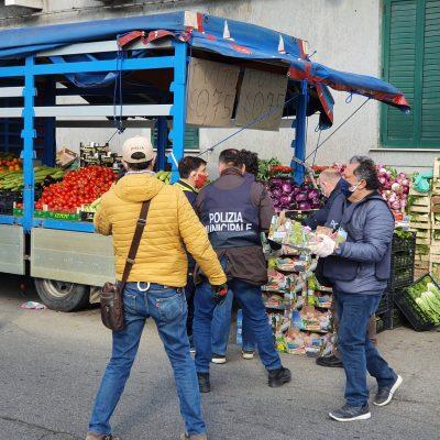 VIDEO – Ambulanti multati e merce sequestrata. Ma uno di loro minaccia il commissario Giardina. Denunciato.
