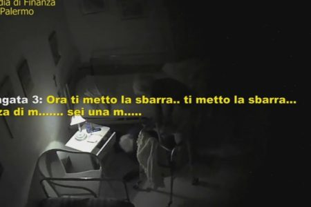 """Casa di riposo sequestrata – Il TERRIBILE VIDEO dei maltrattamenti. """"Se non stai zitta ti rompo una gamba"""""""