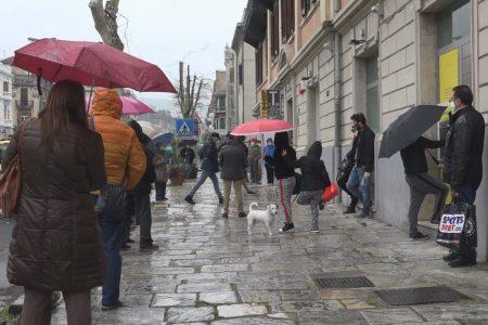 VIDEO – Isolamento: le maglie si allargano nonostante il Sindaco. Così il mercato Sant'Orsola. Code alle Poste