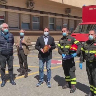 VIDEO: il commovente omaggio dei Vigili del Fuoco ai medici del Policlinico di Messina