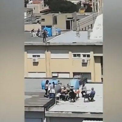 """VIDEO – Coronavirus: Palermo, """"Io rustu cu tutti"""" e rischiano pure la vita sui tetti senza protezioni"""