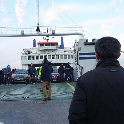 Traghetti: ore 18.20, sbarca una nave piena. Anche due camper