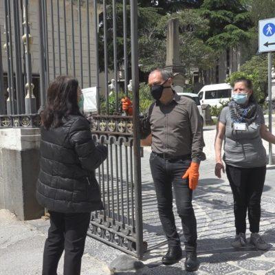 Messina con i cimiteri chiusi. Parenti davanti ai cancelli e fiorai confusi in attesa di chiarimenti dal Sindaco