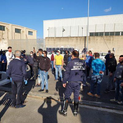 Fase 2 – Assembramenti e folla davanti al Centro Operativo della Protezione Civile del Comune di Messina.
