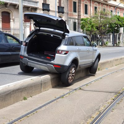 Viale della Libertà: Tram bloccato per un'auto finita sullo spartitraffico