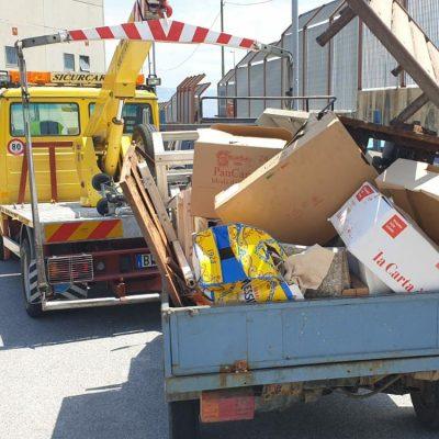 Polizia Municipale Messina: sequestro di mezzo senza targa che circolava carico di rifiuti e di 20 chili di pesce