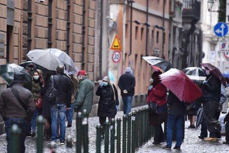 In attesa degli aiuti di Stato, l'Italia è in fila al Monte dei Pegni. Si chiedono somme anche di 50 euro…