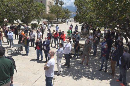 VIDEO – La protesta dei commercianti contro la burocrazia che ingessa la ripresa