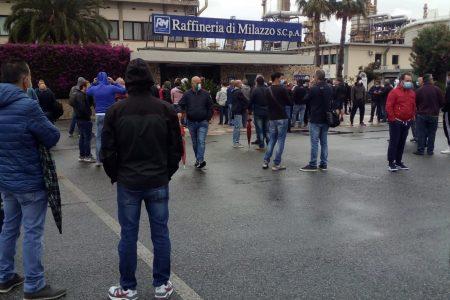 Raffineria di Milazzo, sciopero ad oltranza dei lavoratori. Cgil, Cisl e Uil Messina: «Situazione esasperata, apriamo la fase della mobilitazione a difesa del lavoro»
