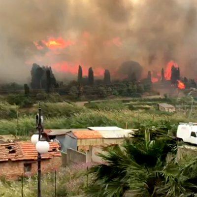 VIDEO – Spadafora: imponente incendio avvolge il cimitero e le Scuole Superiori. Vigili del fuoco in affanno per il forte vento