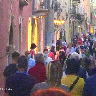 FOTO NOTIZIA – Taormina, questo non è distanziamento sociale! Peggio che in discoteca.