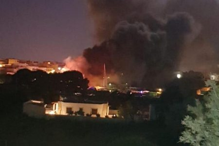 In fiamme i cimiteri dei barconi a Lampedusa