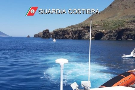 Lipari: yacht urta scoglio ed affonda. Salvi gli otto turisti a bordo.