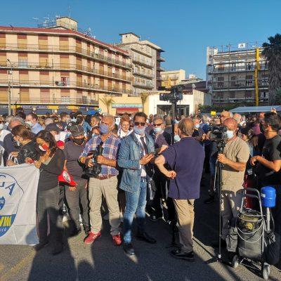 """Salvini a Barcellona: """"Chi vuol farsi un selfie?"""" e si scatena la ressa."""