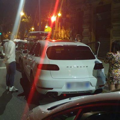 NON MOVIDA – Porsche con passeggero sul tetto fermata dalla Polizia Municipale