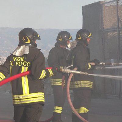VIDEO – Incendi a San Corrao ed alla pineta di Puntale Arena. In fiamme deposito in via Don Blasco