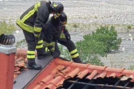 I Vigili del Fuoco estinguono incendio di un tetto di abitazione