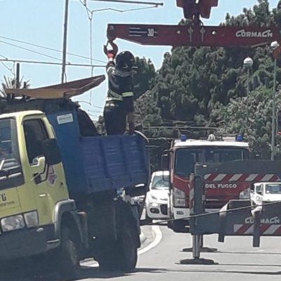 Mezzo di Messina Servizi finisce sul cordolo della tranvia. Tram bloccato