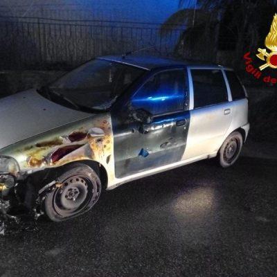 Auto in fiamme a Valdina