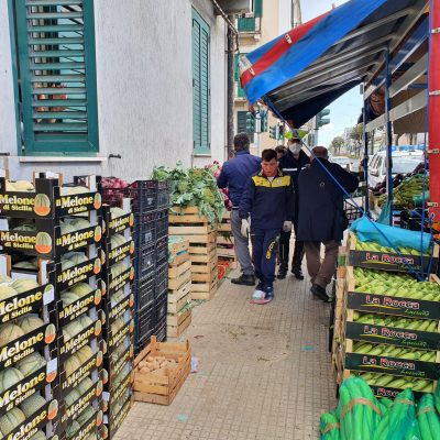 Ambulantato selvaggio: sequestrati 1.200 chili di frutta e due mezzi al denunciato per resistenza, privo di licenze