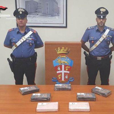 Arrestato un poliziotto in Calabria: trasportava 7,5 kg di cocaina in auto. Era con moglie e figlio