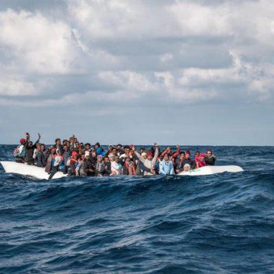 Migranti: in 120 su un barcone al largo della Libia. Anche un cadavere in mare.