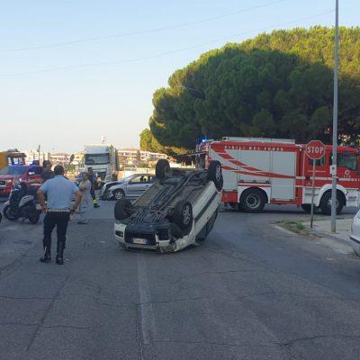 Auto si ribalta sulla Statale 114. due feriti